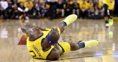 DeMarcus Cousins sofre grave lesão e falha os Playoffs.
